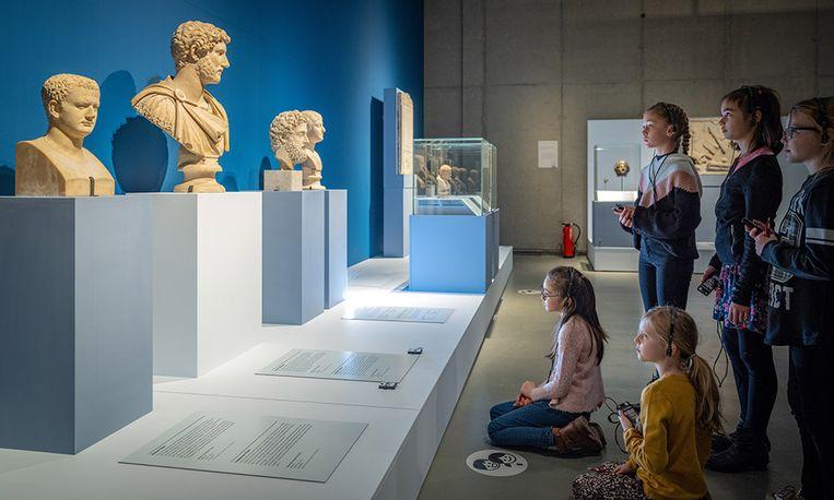 Luisteren naar 'ooggetuigenverslagen' in het Gallo-Romeins Museum. Beeld RV luc daelemans
