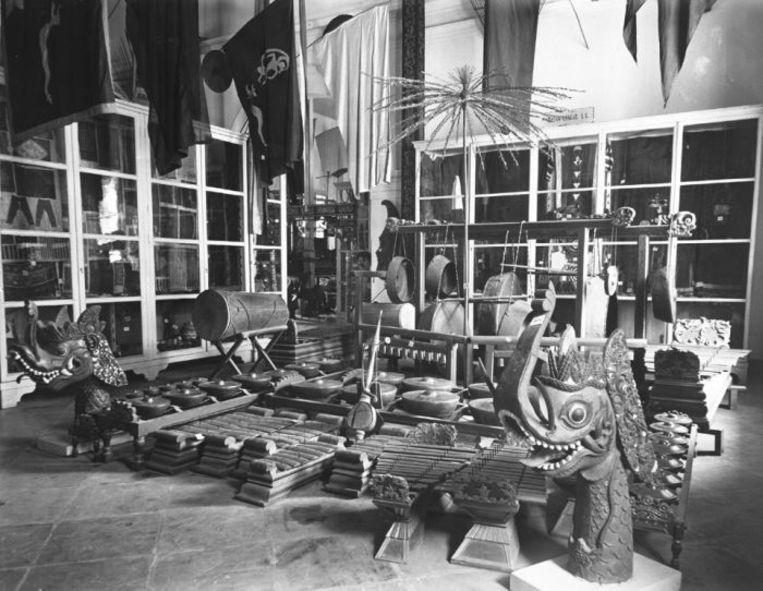 Zaal in het museum van het Koninklijk Bataviaasch Genootschap van Kunsten en Wetenschappen, Batavia ca. 1896.  Beeld Collectie Stichting Nationaal Museum van Wereldculturen