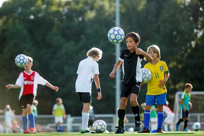 Jonge talenten bij TSC oefenen in 2013 op het nieuwe kunstgras bij TSC.