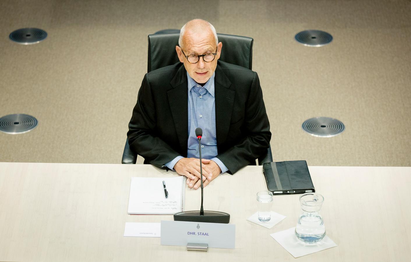 Erik Staal, voormalig topman bij Vestia, verscheen in 2014 voor de parlementaire enquêtecommissie Woningcorporaties. Vorig jaar werd hij ervan verdacht 2,2 miljoen euro te hebben weggesluisd uit een stichting die voor sociale huisvesting in Zuid-Afrika zou zorgen.