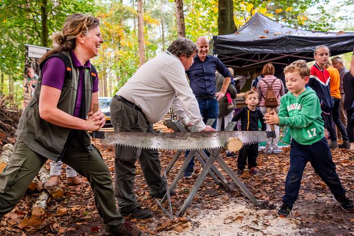 In het bos is voor kinderen vanalles te doen. leuk en leerzaam. Op de foto samen onderzettertjes zagen met de boswachter.