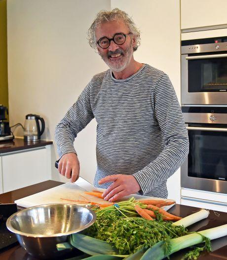 Mark Neelemans maakt duivels lekkere waterzooi: 'Ik kook altijd iets speciaals'
