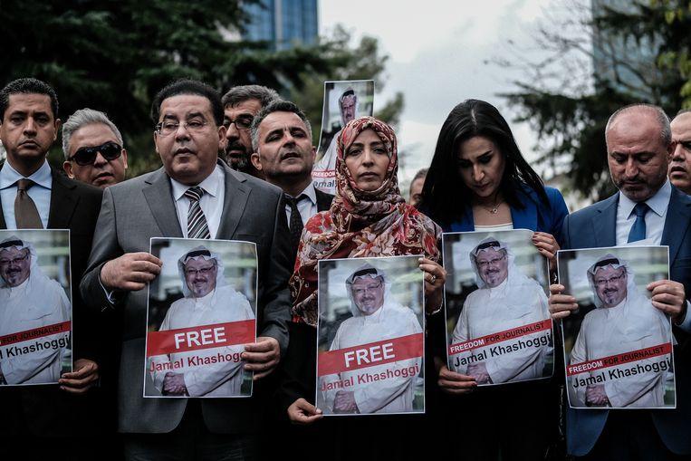 Tawakkul Karman (m), winnaar van de Nobelprijswinnaar voor de Vrede, demonstreert voor de vrijlating van Jamal Khashoggi – die toen nog vermist werd gewaand –  buiten het Saoedische consulaat in Istanboel. Later bleek Khashoggi daar te zijn vermoord. Beeld Joris Van Gennip