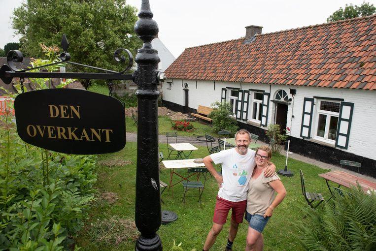 Frederick Dhooghe met zijn vrouw Joke Sulmon aan het pop-uprestaurant Den Overkant.