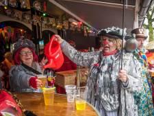 Meeblèren en bier drinken uit een gieter bij  Lampegatse Gietercantus