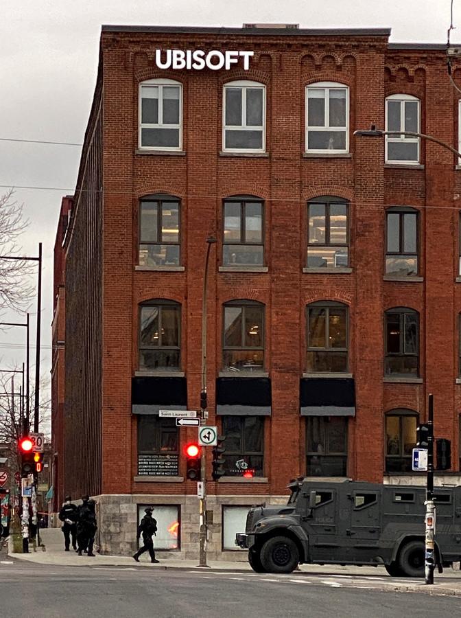 Politie om het kantoor van Ubisoft in Montreal.