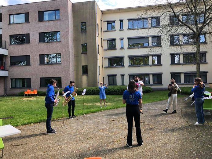 Vier muzikanten van de jeugdharmonie speelden coronaprof in de tuin van het getroffen Mater Amabilis