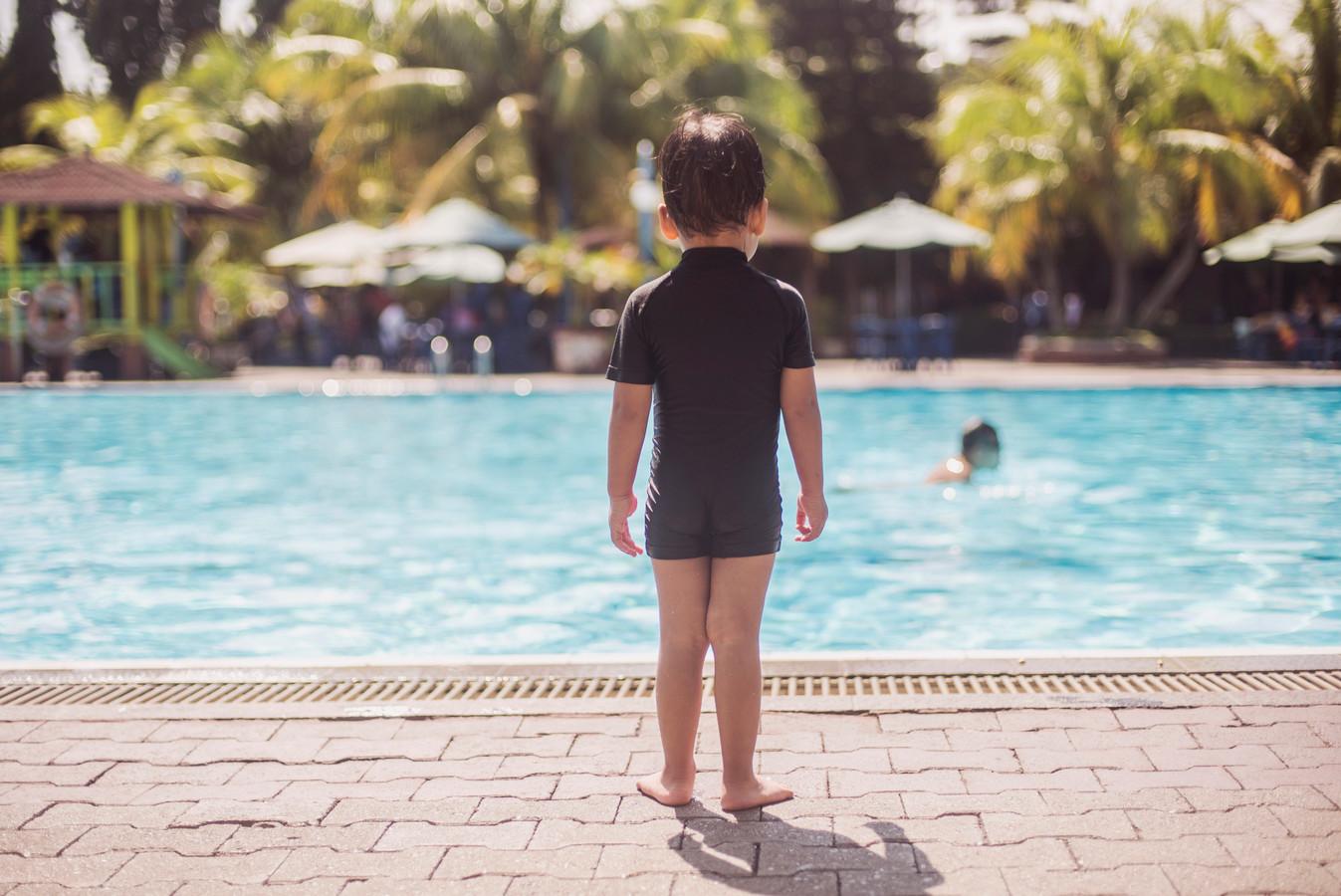 """,,Sleur je kind dus niet mee het water in, maar geef het een voorbeeld door zelf plezier te hebben in het water en je kind dit te laten zien."""""""