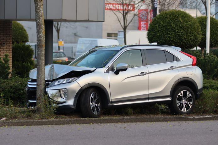 Een automobilist is tegen een boom geknald op de Wiltonstraat in Veenendaal.