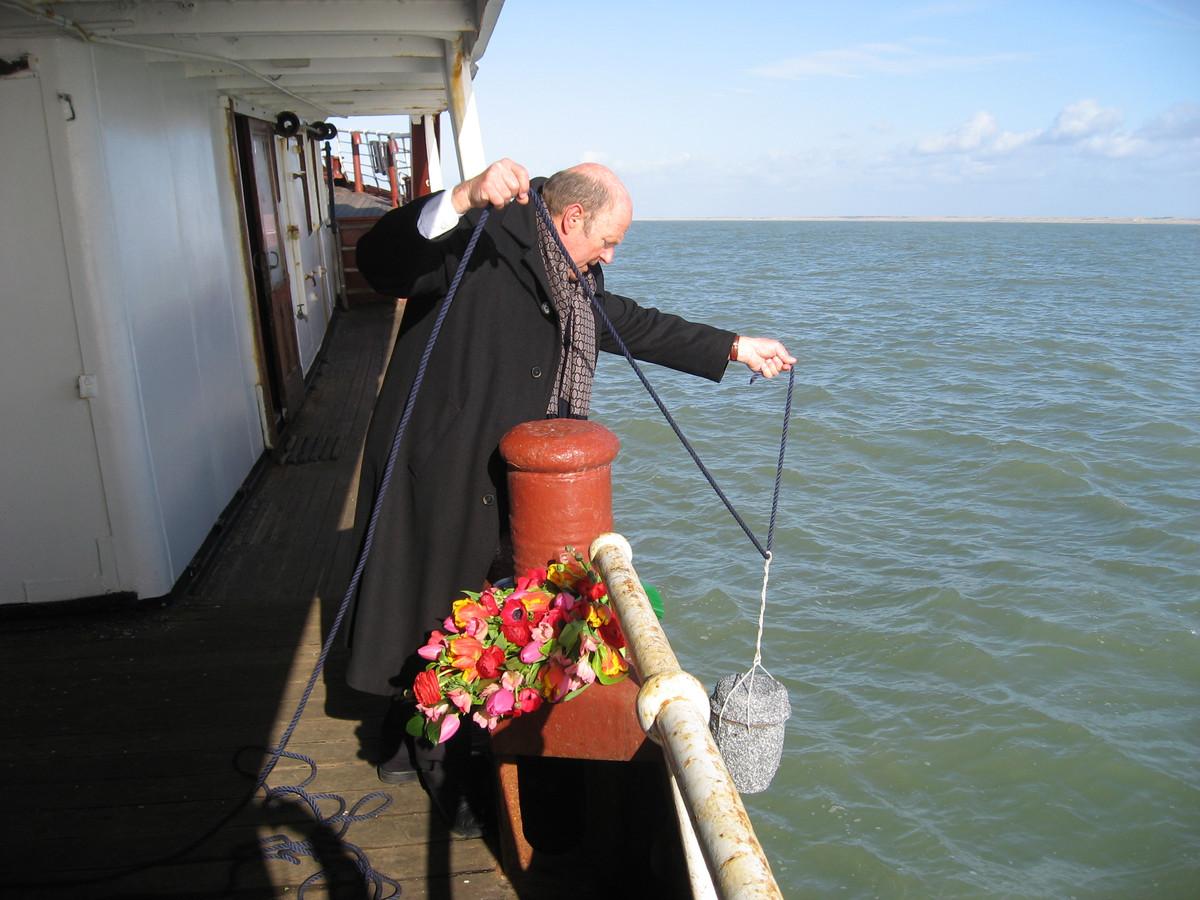 John Bassant tijdens een asverstrooiing op zee. Hij bleef altijd optimistisch over het slagen van zijn bedrijf in de eerste jaren dat het moeilijk was.