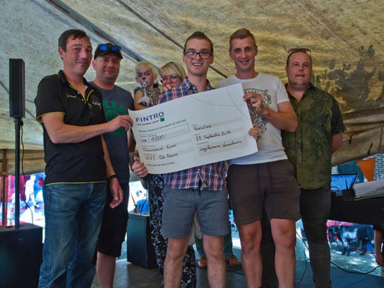 Leden van Cyclocross Vorselaar overhandigen de cheque van 1.000  euro aan een inwoner van GVT De Troon.