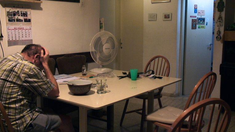 Amit Zeidler aan de keukentafel op de avond voordat zijn dochter vertrekt naar de Westelijke Jordaanoever Beeld null