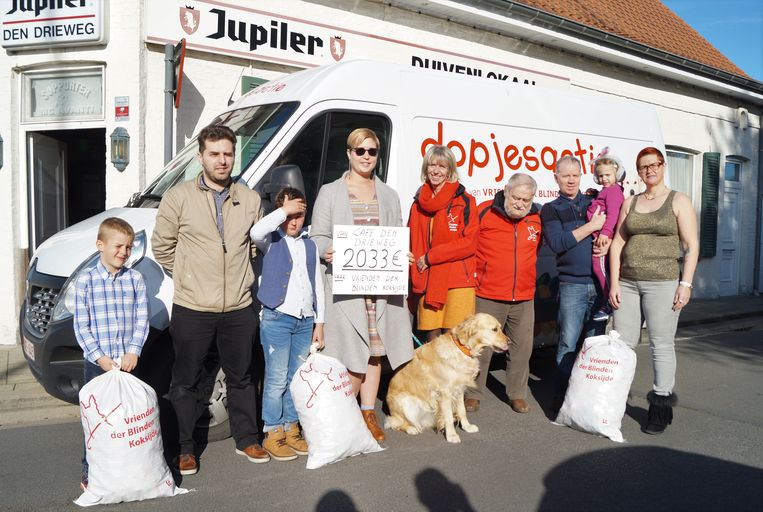Kaatje Blieck en partner Marc Verfaillie zamelden 2.033 euro in voor het blindengeleidehondencentrum in Koksijde. Dochter Jolien is slechtziend en wacht op een hond