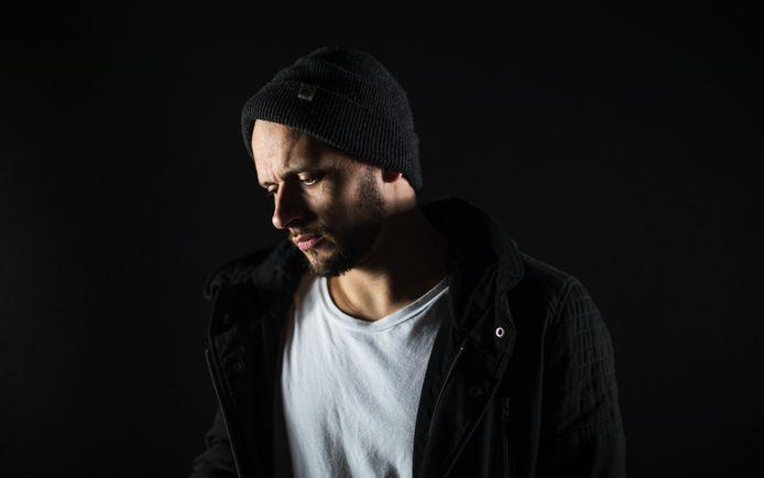 Chillow lanceert zijn eerste single 'Slapeloas'.