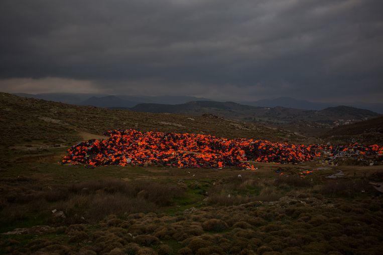 Stapels en stapels reddingsvesten, achtergelaten op het Griekse eiland Lesbos. Beeld AP