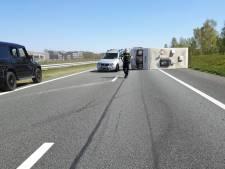 Caravan op zijn kant op A1 bij Oldenzaal, snelweg na berging weer vrij