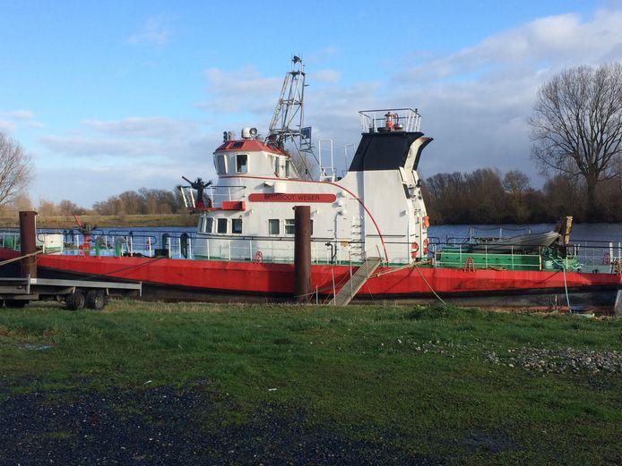 De al jaren betwiste blusboot die Scheepswerf Heerewaarden huurt van de eigenaar uit Boxtel.