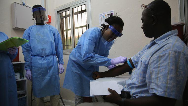 Een man neemt deel aan een klinische studie met het ebolavaccin in Liberia.