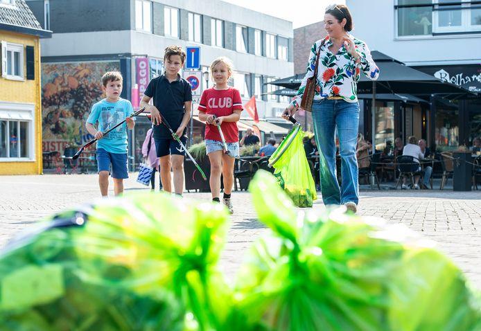 Schoonmaakactie in het centrum van Etten-Leur in het kader van World Cleanup Day.