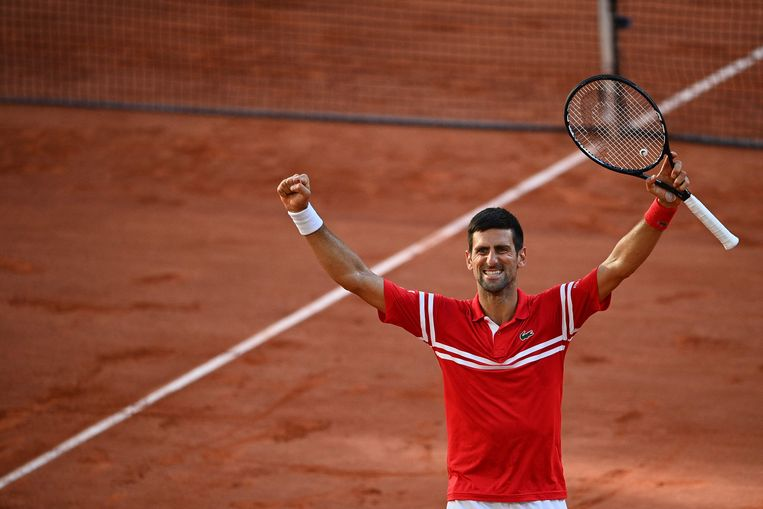 De Servische Djokovic na zijn zege op de Griek Tsitsipas, zondag in Parijs. Beeld AFP