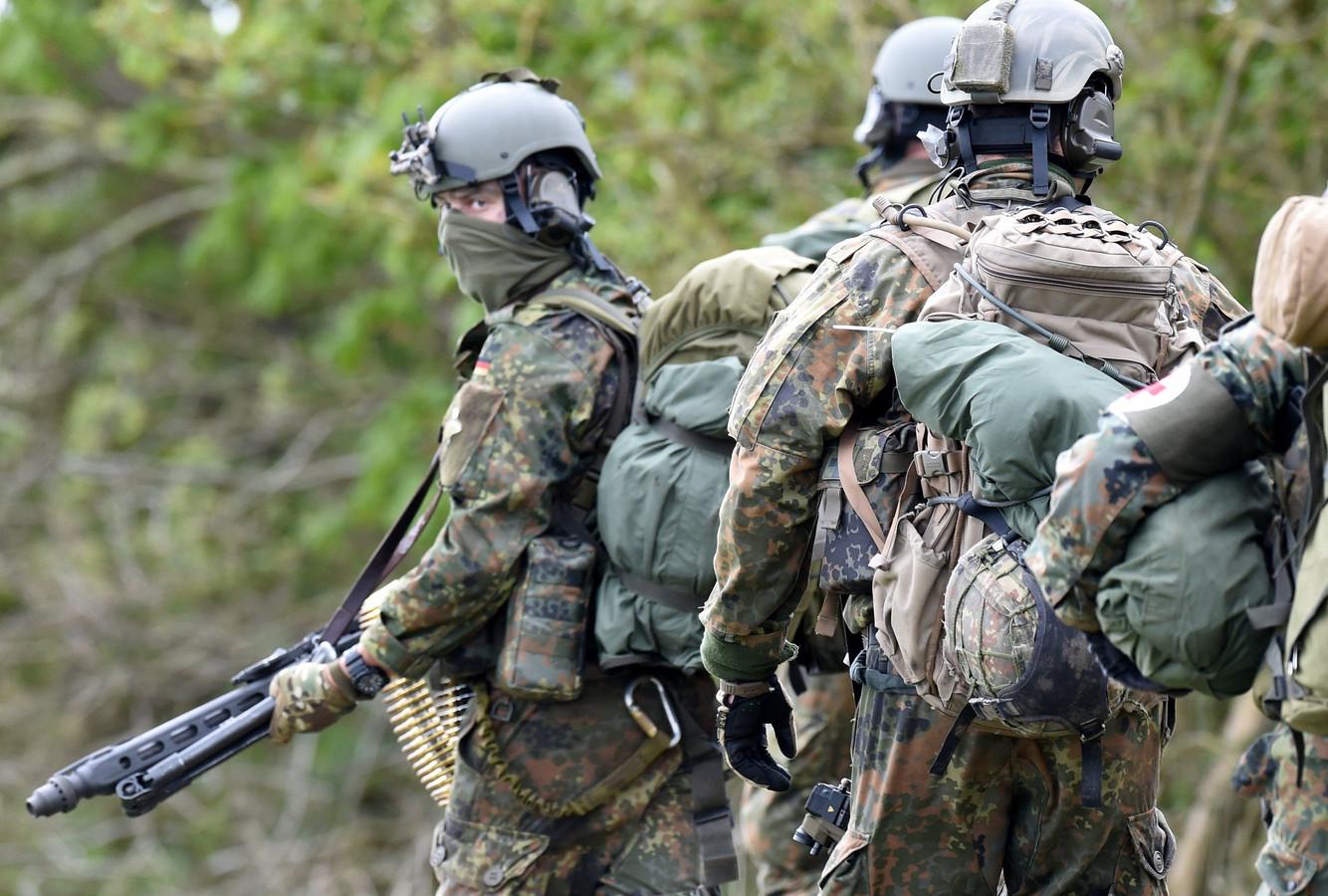 Parachutisten van de Duitse commandotroepen tijdens een militaire oefening in 2017 bij het Noord-Duitse Husum.