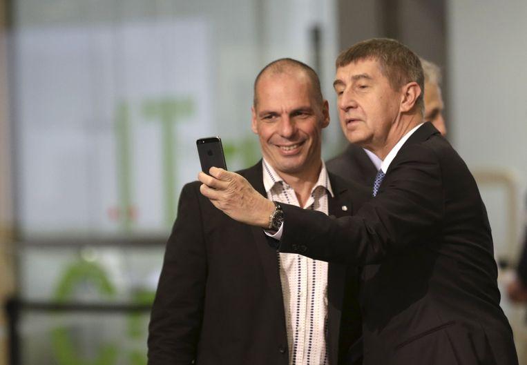 Andrej Babis neemt een selfie met Yanis Varoufakis. Beeld reuters