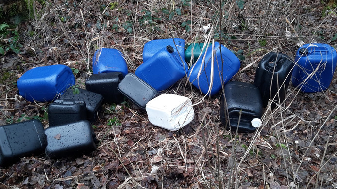 In het bos werden 15 jerrycans gevonden.