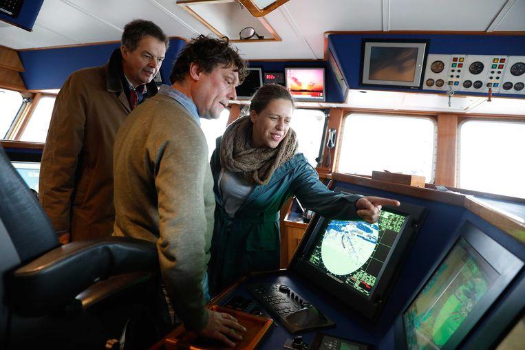 Minister Carola Schouten van Landbouw, Natuur en Voedselkwaliteit bezoekt een viskotter. Beeld ANP