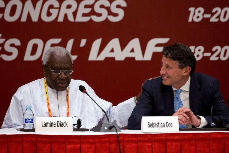Gewezen IAAF-voorzitter Lamine Diack met zijn opvolger Sebastian Coe. Beeld AP