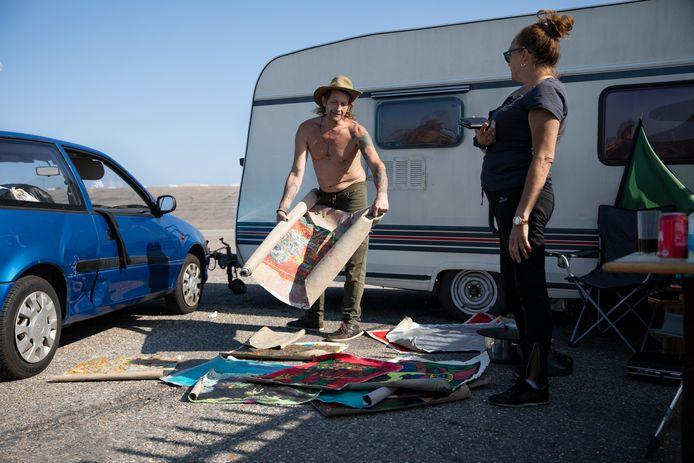 Albert Leeflang en Nicole Winter bij hun caravan op de Brouwersdam.