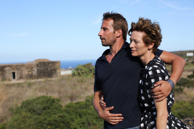 Matthias Schoenaerts en Tilda Swinton in 'A Bigger Splash'. Beeld Photo News