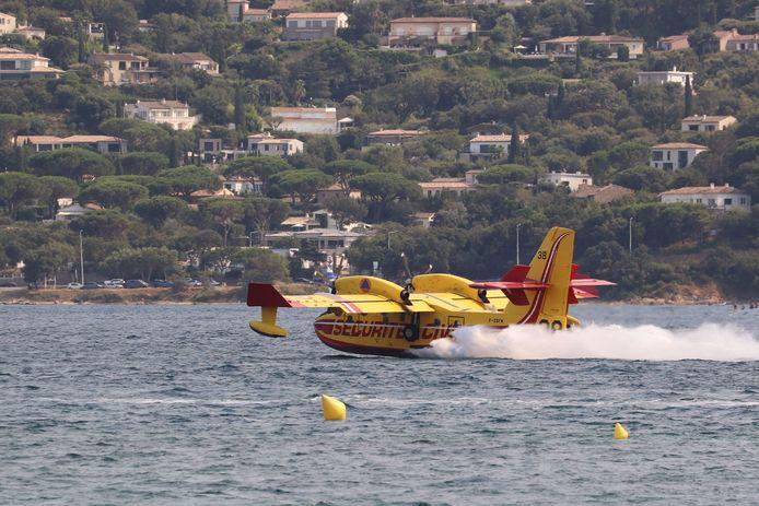 Un aereo antincendio nel Golfo di Saint-Tropez.