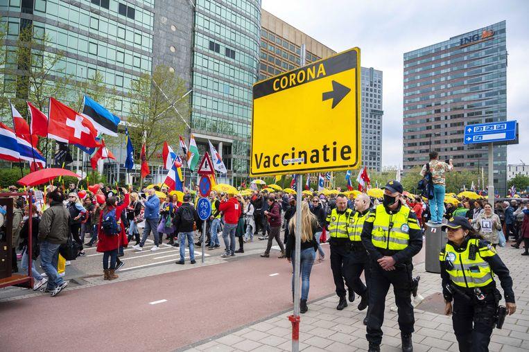 Demonstranten en politie tijdens de  World Wide Rally for Freedom in Amsterdam. Beeld EPA