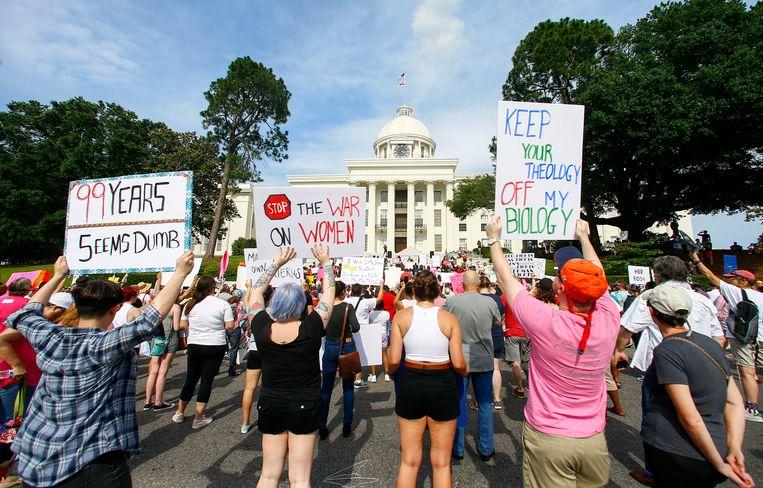 Een demonstratie voor vrouwenrechten in Montgomery, Alabama. Die staat nam deze maand een wet aan die abortus in bijna alle gevallen strafbaar maakt. Beeld AP