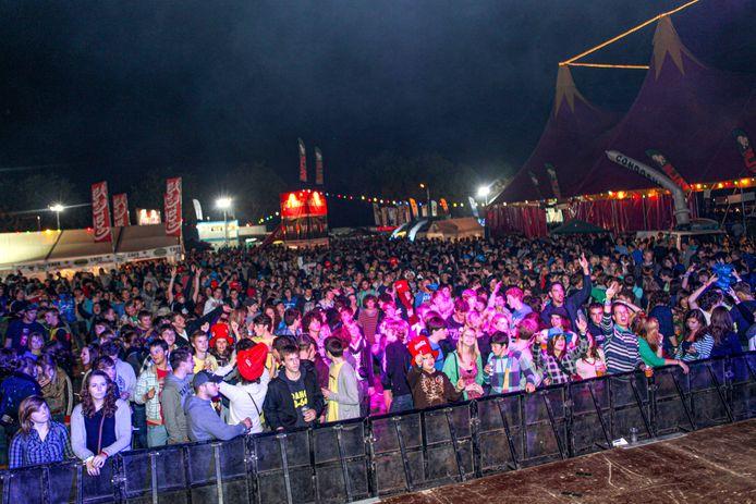 Het buitenpodium waar voornamelijk lokale dj's tussen de optredens draaiden trok ook in 2010 heel wat feestbeesten.