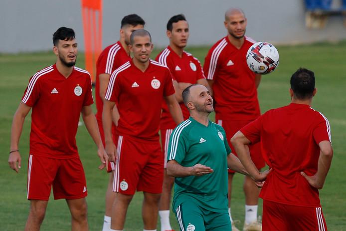 Djamel Belmadi controleert de bal tijdens de laatste training van Algerije.