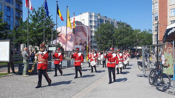 Vandaag werd de nationale feestdag in het stadspark, aan de voet van het oorlogsmonument, in beperkte kring gevierd.