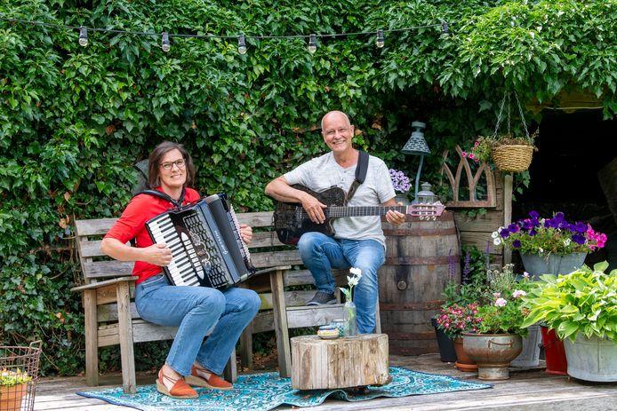 Irjan Broek en Freek Knol organiseren maar spelen ook zelf Muziek in de Tuin. Dit jaar op 22 augustus.
