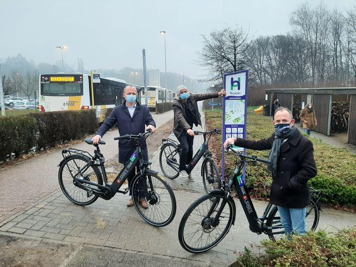 Schepen van Mobiliteit David Dessers (Groen) aan het mobipunt aan UZ Leuven.