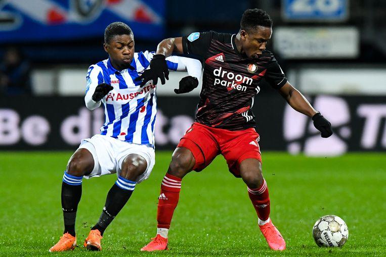 Sherel Floranus van SC Heerenveen duelleert met Luis Sinisterra van Feyenoord. Beeld BSR Agency