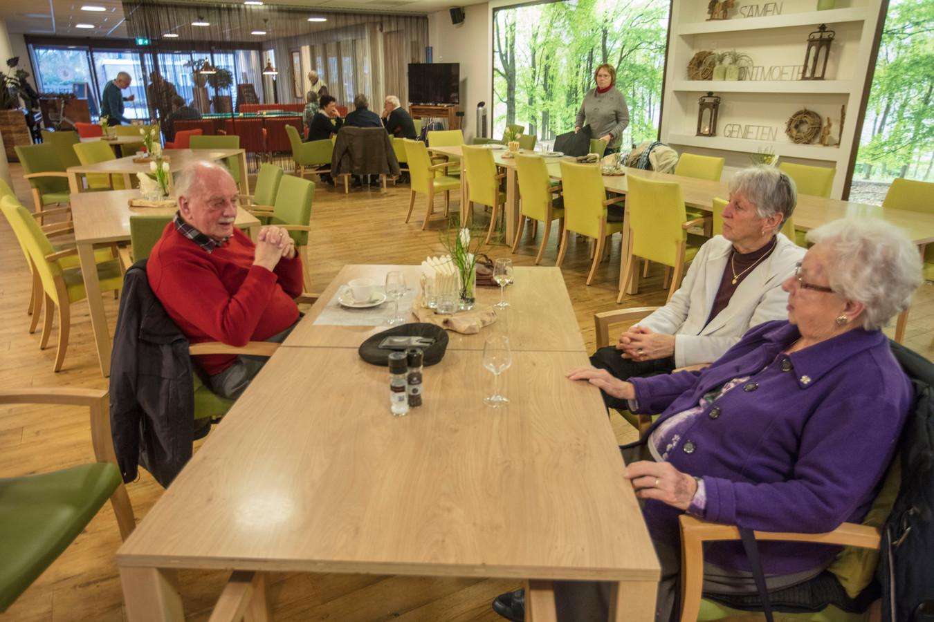 Bezoekers van de Gasterij in de Jo van Dijkhof in Nuenen. Deze wordt verbouwd om meer woningen te realiseren.