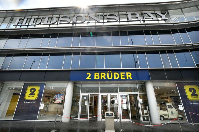 Na V &D kwamen Hudson's Bay en 2 Brüder, maar die vertrokken weer redelijk snel uit het grote winkelpand op het Van Heekplein. Nieuwe huurder De KOOPman Mode denkt langer te blijven en heeft een huurcontract voor vijf jaar getekend.