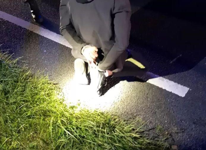 Een van de inbrekers werd langs de kant van de weg gearresteerd toen de politie zijn vluchtauto herkende.