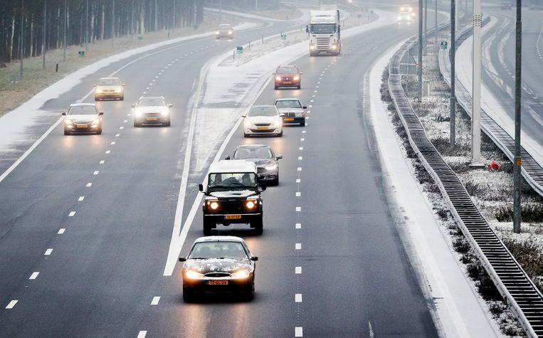 De verwachting is dat de wegen in de middag beter begaanbaar worden, maar dat de sneeuw in de avond weer gaat opvriezen. Beeld ANP