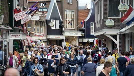 In Volendam worden de straatjes overspoeld met toeristen.