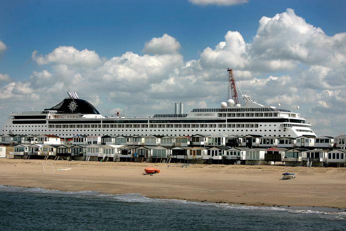 Een Italiaans cruiseschip in de IJmondhaven in IJmuiden.