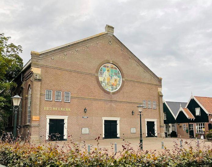 De Bethelkerk op Urk, met in het middelste raam links een gat.