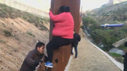 VIDEO. Centraal-Amerikaanse migranten steken grens over in Tijuana