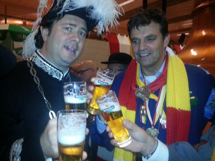 Burgervaajer Peer vaan den Muggenheuvel en Pieter van der Meulen van Heineken tijdens het biersteken bij de brouwreij in Den Bosch