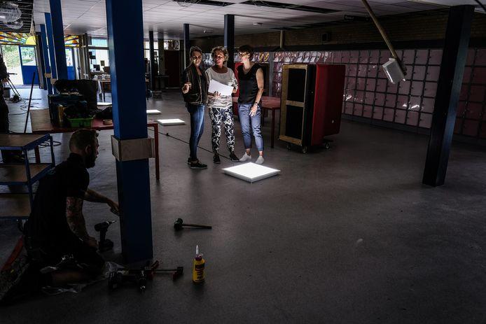 Van links naar rechts: Evi Hakvoort, Emmy Vliegen, en Rianne van Dreumel op een plek waar hard gewerkt wordt.